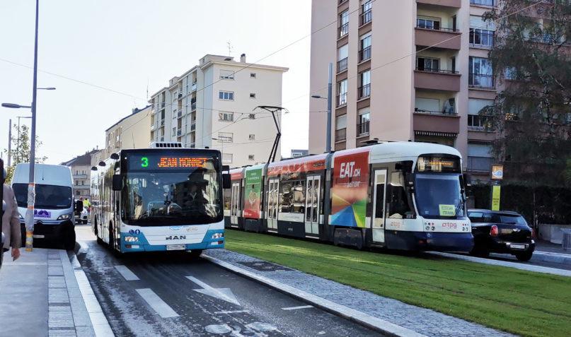 Le tram circulant sur les rails croisant un bus tac